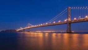 海湾桥梁在晚上 免版税库存图片