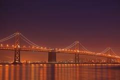 海湾桥梁晚上场面 免版税库存图片