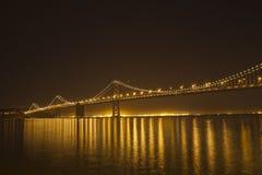 海湾桥梁晚上 库存照片