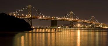 海湾桥梁晚上 库存图片