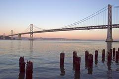 海湾桥梁紫红色 免版税库存照片