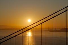海湾桥梁门在日出的金黄奥克兰 库存图片