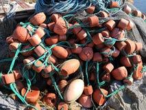 海湾海岸放弃了设备和鱼网 库存照片