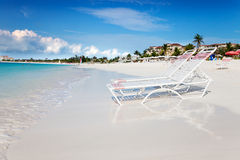 海湾海滩睡椅增光平静的休息室 免版税图库摄影