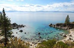 海湾清楚的水晶Tahoe湖水 免版税库存图片