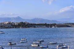 海湾的全景在科孚岛镇的在科孚岛希腊海岛上  免版税库存照片
