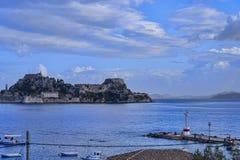 海湾的全景在科孚岛镇的在科孚岛希腊海岛上  图库摄影