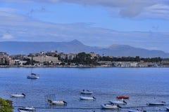 海湾的全景在科孚岛镇的在科孚岛希腊海岛上  免版税库存图片