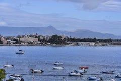 海湾的全景在科孚岛镇的在科孚岛希腊海岛上  库存照片
