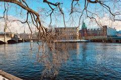海湾的在日落,斯德哥尔摩古色古香的欧洲房子 免版税库存照片