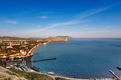 从海湾的堡垒和城市的看法有山的在背景, Sudak,克里米亚中 免版税库存照片