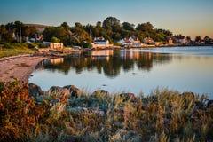 海湾的村庄-平衡安静(丹麦) 免版税库存图片