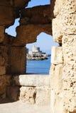 海湾的看法通过在墙壁的一个漏洞在罗得岛海岛上在希腊 库存图片
