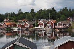 海湾的红色瑞典房子 免版税图库摄影