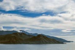 海湾的美丽的山的边缘 图库摄影