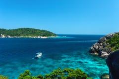 海湾的美丽的景色与清楚的水和一条小船的有山的在晴天 库存图片