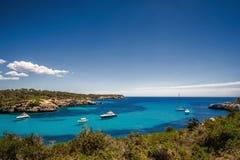 海湾的美丽的景色与绿松石水和游艇的在马略卡海岛上的Cala Mondrago国家公园 库存图片