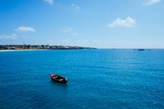海湾的美丽的景色在城市旁边的从商业港口的浮船 库存照片