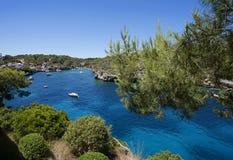 海湾的美丽的景色在天蓝色的海在村庄Cala Figue 库存照片