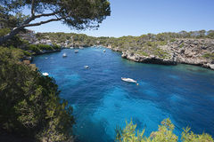海湾的美丽的景色在天蓝色的海在村庄Cala Figue 免版税图库摄影