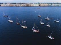 海湾空中照片与浮动航行游艇舰队的在乘快艇的赛船会种族期间的小游艇船坞 图库摄影