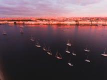 海湾空中照片与浮动航行游艇舰队的在乘快艇的赛船会种族期间的小游艇船坞 免版税库存图片