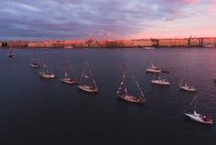 海湾空中照片与浮动航行游艇舰队的在乘快艇的赛船会种族期间的小游艇船坞 库存图片