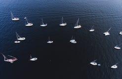 海湾空中照片与浮动航行游艇舰队的在乘快艇的赛船会种族期间的小游艇船坞 库存照片