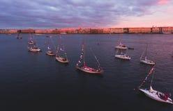 海湾空中照片与浮动航行游艇舰队的在乘快艇的赛船会种族期间的小游艇船坞 免版税库存照片