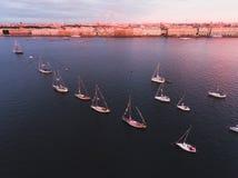 海湾空中照片与浮动航行游艇舰队的在乘快艇的赛船会种族期间的小游艇船坞 免版税图库摄影