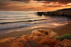 海湾红色日落 库存图片