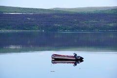 海湾表面上的一条被拖曳的小船在北极 免版税库存图片