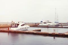 海湾豪华停放的海运游艇 库存图片