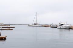 海湾豪华停放的海运游艇 免版税库存图片