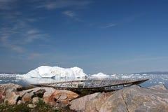 海湾迪斯科在老附近ilulissat皮船 免版税图库摄影