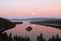 海湾鲜绿色Tahoe湖视图 免版税库存照片
