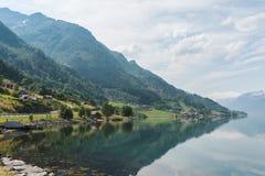 海湾,挪威岸的小村庄  免版税库存图片