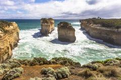 海湾Ard峡谷和海岛从汤姆&伊娃监视澳大利亚大洋路成拱形和周围海海洋和峭壁 免版税库存图片