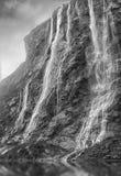海湾geiranger挪威 在日落的壮观的瀑布在挪威 免版税库存照片