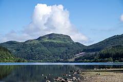 海湾Lubnaig,有被反射的树的苏格兰盖了山 库存照片