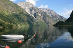 海湾naeroyfjord最缩小的挪威 免版税库存图片