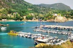 海湾paleokastritsa端口游艇 库存照片