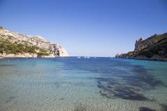 海湾Sormiou的看法在Calanques的在马赛,南法国附近 免版税图库摄影