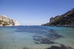 海湾Sormiou的看法在Calanques的在马赛,南法国附近 免版税库存图片