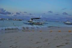 海滨和一条小船由海 库存图片