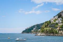 海滨城市阿马飞美丽的景色萨莱诺省的,褶皱藻属,阿马尔菲海岸,Costiera Amalfitana,意大利的区域 图库摄影