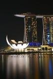 海滨广场与艺术科技馆的海湾沙子 免版税库存照片