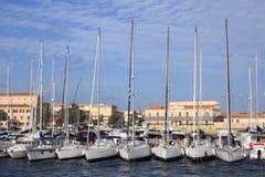 海滨广场撒丁岛游艇 免版税图库摄影