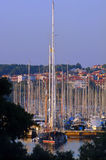 海滨广场被上船桅的高游艇 免版税库存图片
