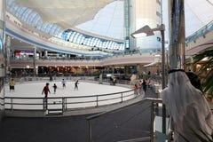 海滨广场购物中心的冰鞋溜冰场在阿布扎比 免版税库存照片